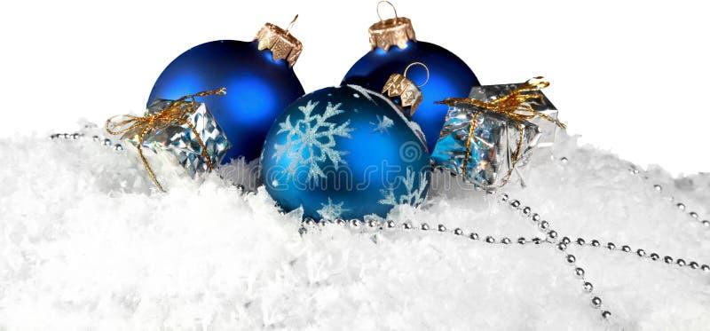 Bolas do Natal nos flocos de neve no fundo imagens de stock