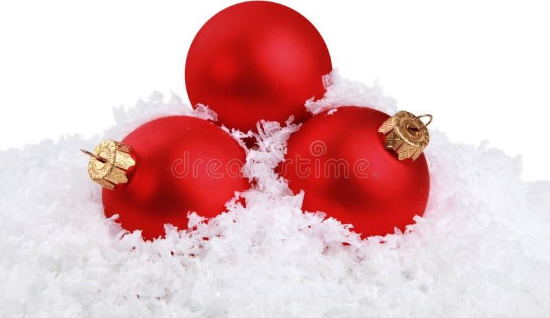 Bolas do Natal nos flocos de neve no fundo branco foto de stock royalty free