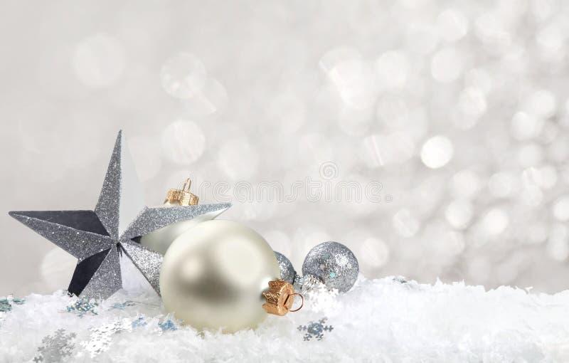 Bolas do Natal nos flocos de neve no fundo branco fotos de stock royalty free