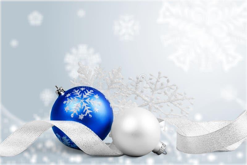 Bolas do Natal nos flocos de neve no fundo da neve fotos de stock royalty free