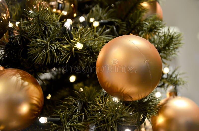 Bolas do Natal do ouro no fim da árvore acima imagem de stock