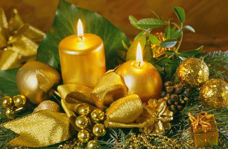 Bolas do Natal do ouro, velas com decoração do ouro foto de stock