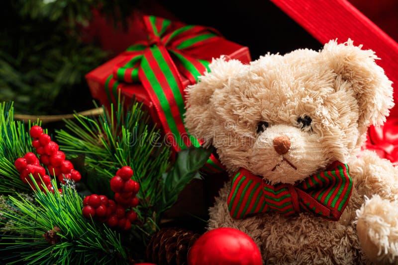 Bolas do Natal, urso de peluche e presentes imagens de stock royalty free