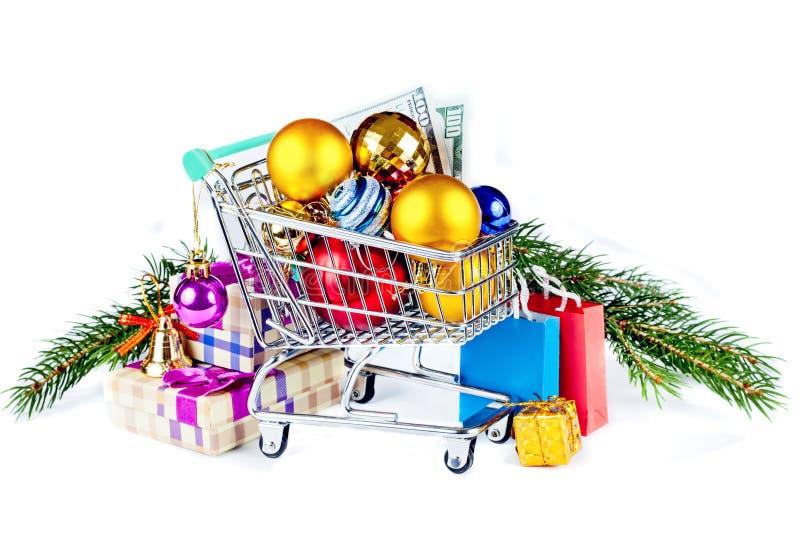 Bolas dos presentes e do Natal no carrinho de compras foto de stock royalty free