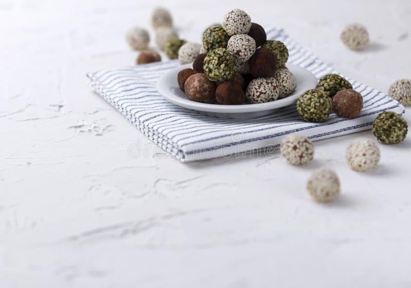 Bolas dulces de la energ?a cruda sana org?nica hecha en casa en una placa con una servilleta fotografía de archivo libre de regalías
