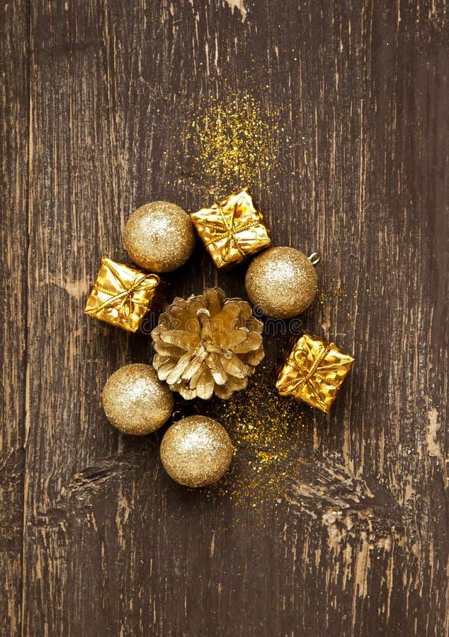 Bolas e presentes dourados do vintage com brilho no fundo de madeira fotografia de stock