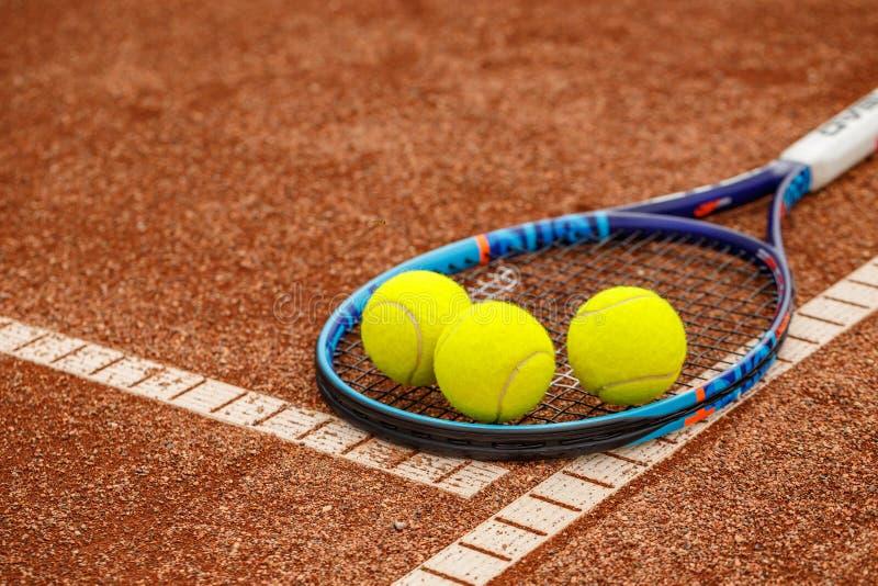 Bolas e raquete de tênis imagens de stock