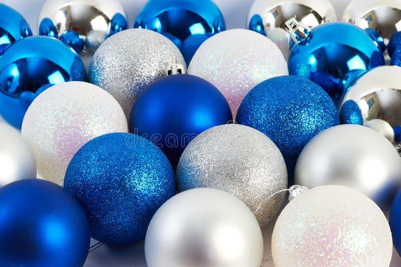 Bolas efervescentes brilhantes do Natal fotografia de stock royalty free