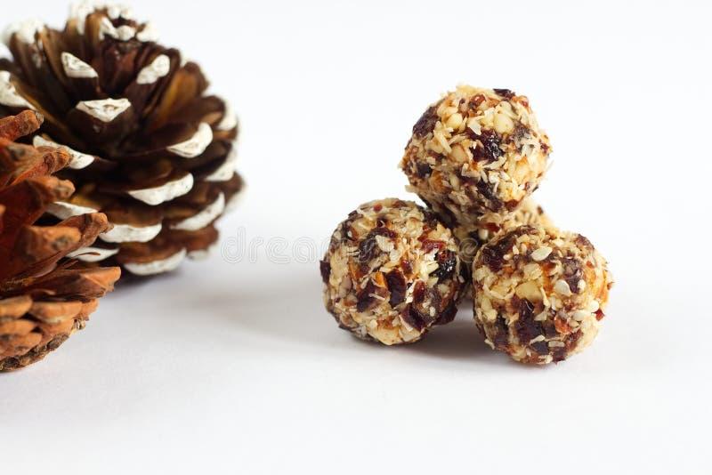 Bolas feitos a mão do vegetariano feitas do coco, dos arandos e das porcas foto de stock