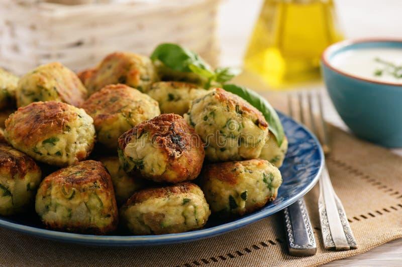 Bolas friáveis fritadas do abobrinha com alimento do vegetariano do queijo de feta imagens de stock