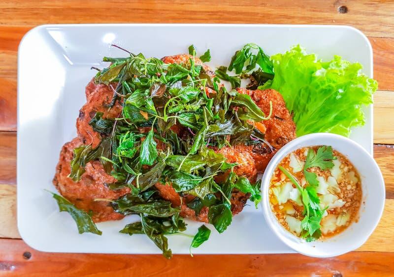 Bolas fritadas da pasta de peixe com alface no prato branco fotos de stock