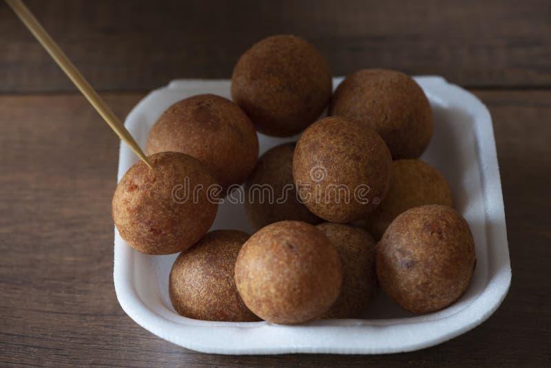 Bolas fritadas tailandesas da batata doce em um prato da espuma fotos de stock