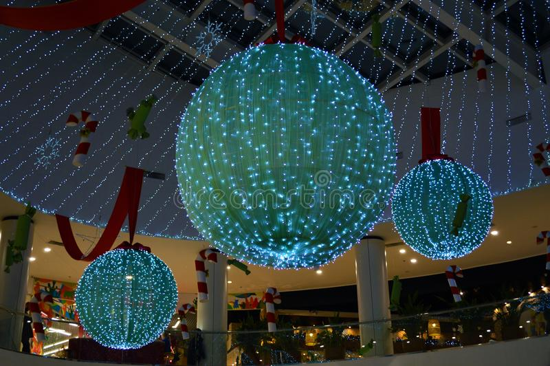 Bolas gigantes do Natal no shopping fotos de stock