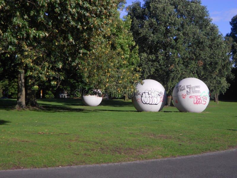 Bolas grandes da escultura com grafittis imagem de stock royalty free