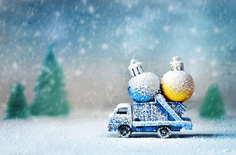 Bolas levando do Natal do caminhão velho do brinquedo fotos de stock royalty free
