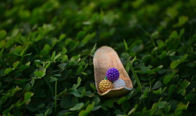 Bolas Multicolour do brinquedo com a fotografia do fundo natural foto de stock royalty free