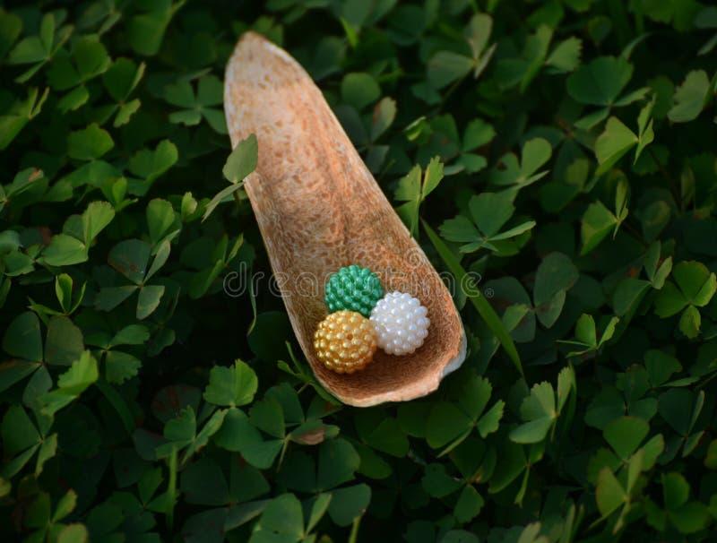 Bolas Multicolour do brinquedo com a fotografia do fundo natural foto de stock