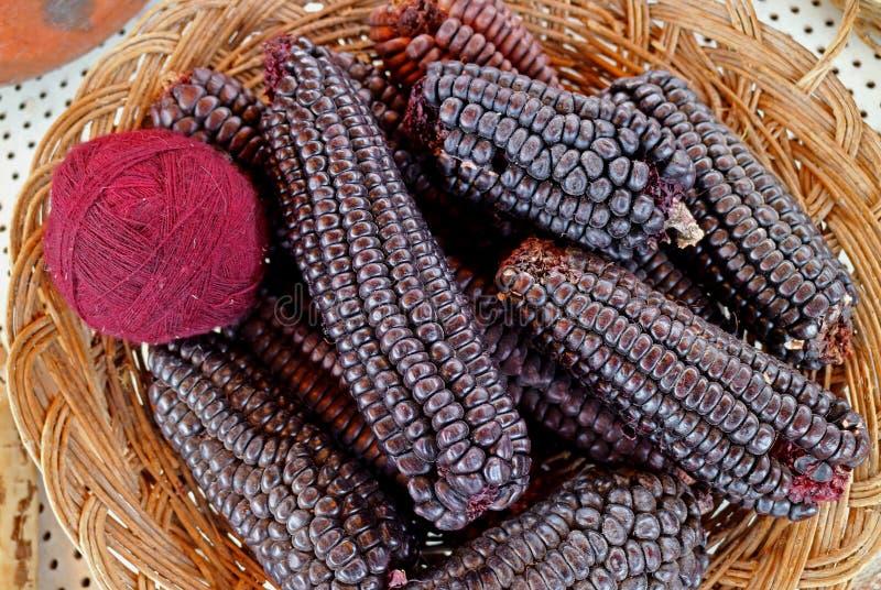 Bolas peruanas tingidas do milho roxo em Chinchero, a vila do fio de lãs da alpaca do roxo magenta de Andes na região de Cuzco de fotos de stock royalty free