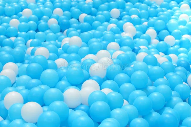 Bolas plásticas brilhantes e coloridas do brinquedo, poço da bola, fim acima fotos de stock royalty free