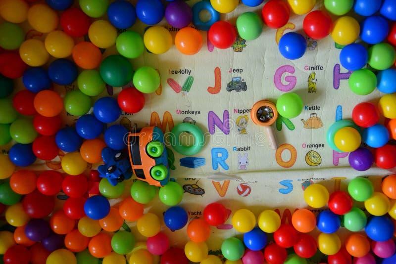 Bolas plásticas coloridas no campo de jogos imagem de stock royalty free