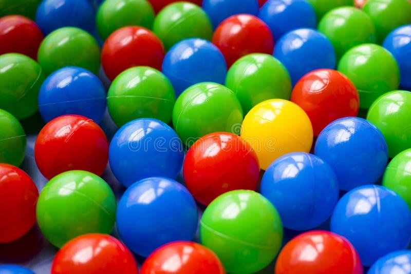 Bolas plásticas coloridas no campo de jogos das crianças foto de stock