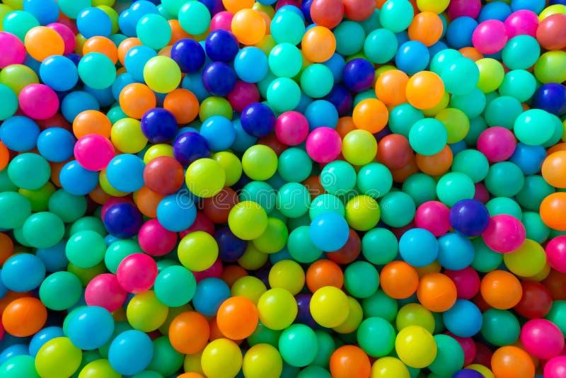 Bolas plásticas coloridas para as crianças que jogam na sala do campo de jogos fotografia de stock royalty free