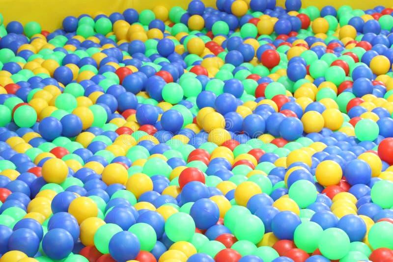 Bolas plásticas en área de juego fotos de archivo