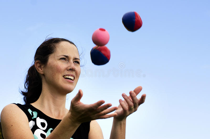 Bolas que hacen juegos malabares de la mujer foto de archivo
