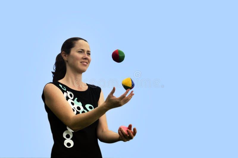Bolas que hacen juegos malabares de la mujer imagen de archivo