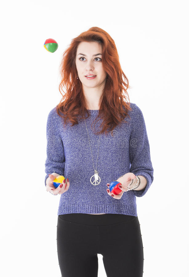 Bolas que hacen juegos malabares femeninas bastante jovenes fotografía de archivo libre de regalías