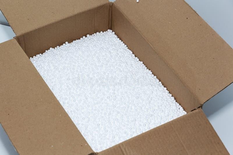 Bolas redondas da espuma em uma caixa de cartão Protec??o ambiental fotografia de stock
