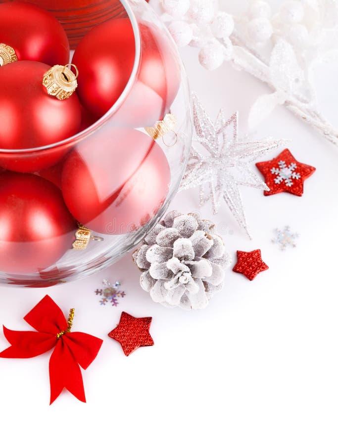 Bolas rojas de la Navidad con oropel festivo imágenes de archivo libres de regalías