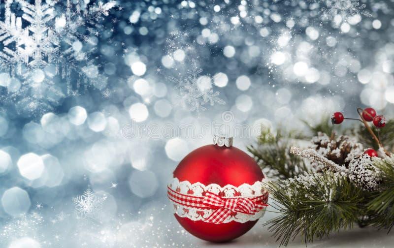 Bolas rojas de la Navidad sobre fondo chispeante del día de fiesta foto de archivo libre de regalías