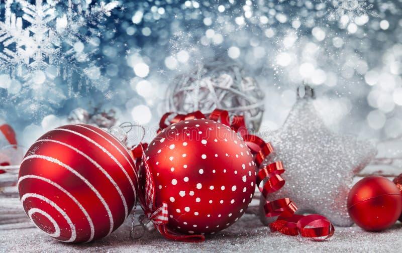 Bolas rojas de la Navidad sobre fondo chispeante del día de fiesta fotos de archivo