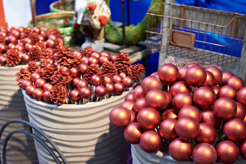 Bolas rojas decorativas para la Navidad en tienda imagen de archivo