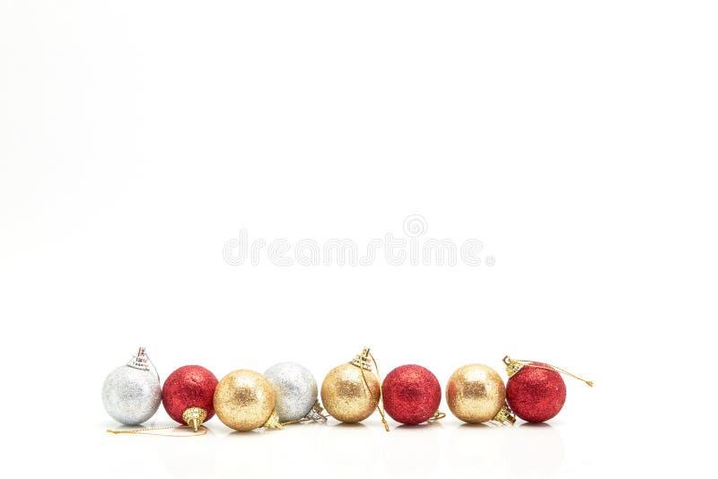 Bolas rojas hermosas de la Navidad del oro y de la plata en blanco imagenes de archivo