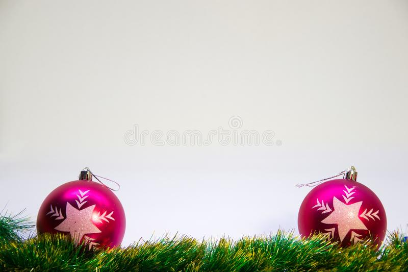 Bolas roxas, e acessórios para o Natal em um fundo branco fotografia de stock