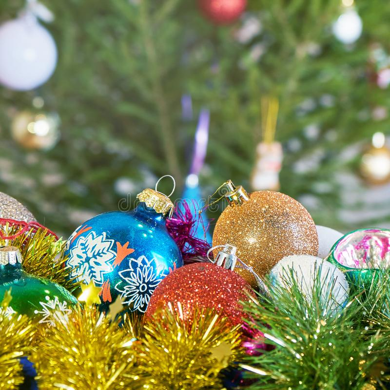 Bolas soviéticas viejas y mallas del Año Nuevo que mienten en caja delante de un árbol de navidad imágenes de archivo libres de regalías