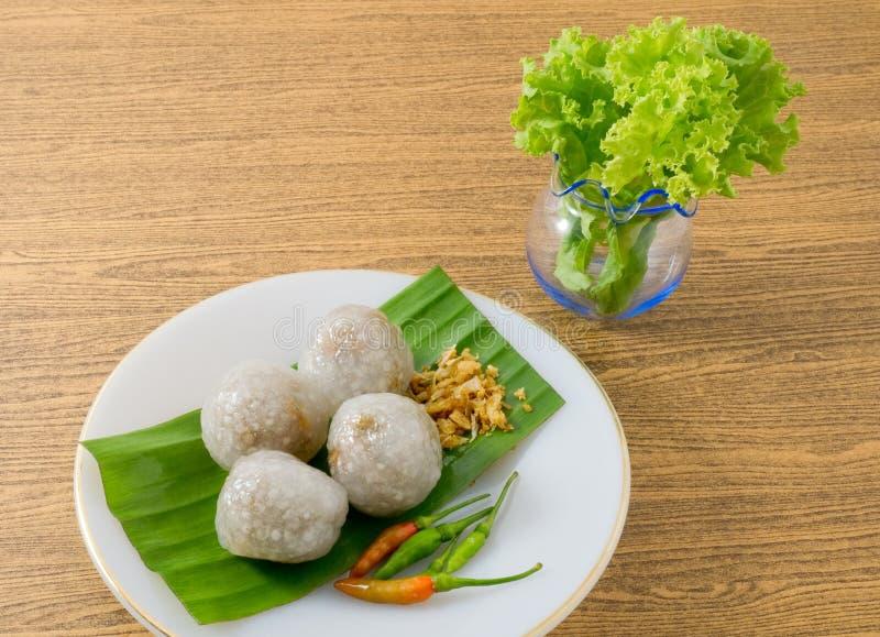 Bolas tailandesas de la tapioca servidas con las hojas de la lechuga imagen de archivo libre de regalías