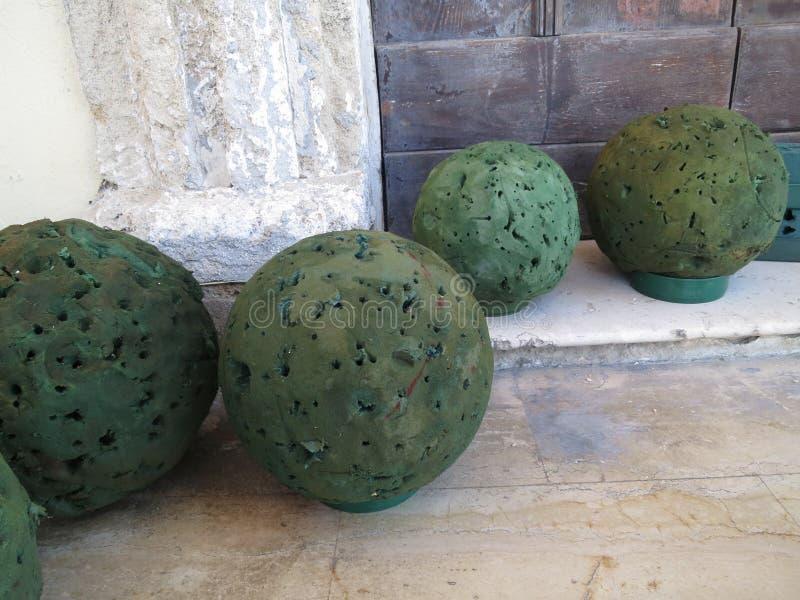 Bolas verdes da espuma usadas fazendo o arranjo de flor no assoalho fotos de stock
