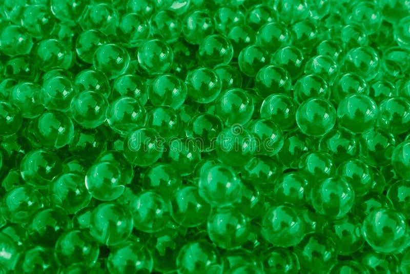 Bolas verdes del gel del agua con el bokeh Gel del polímero Gel de silicona Bolas del hidrogel verde Bola líquida cristalina con  imagenes de archivo