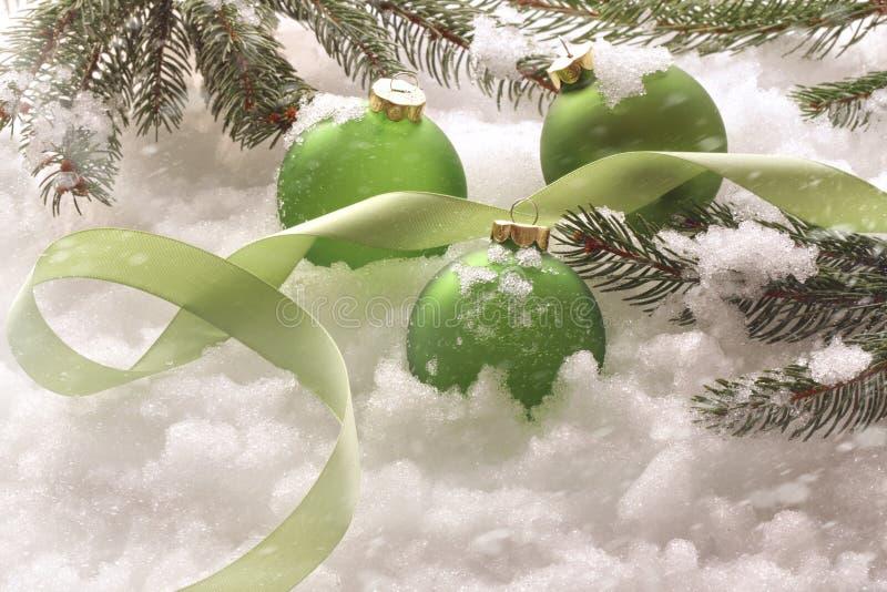 Bolas verdes do feriado na neve fotos de stock