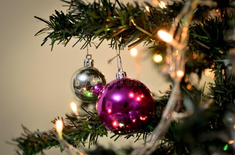 Bolas vermelhas e de prata do Natal na árvore fotografia de stock