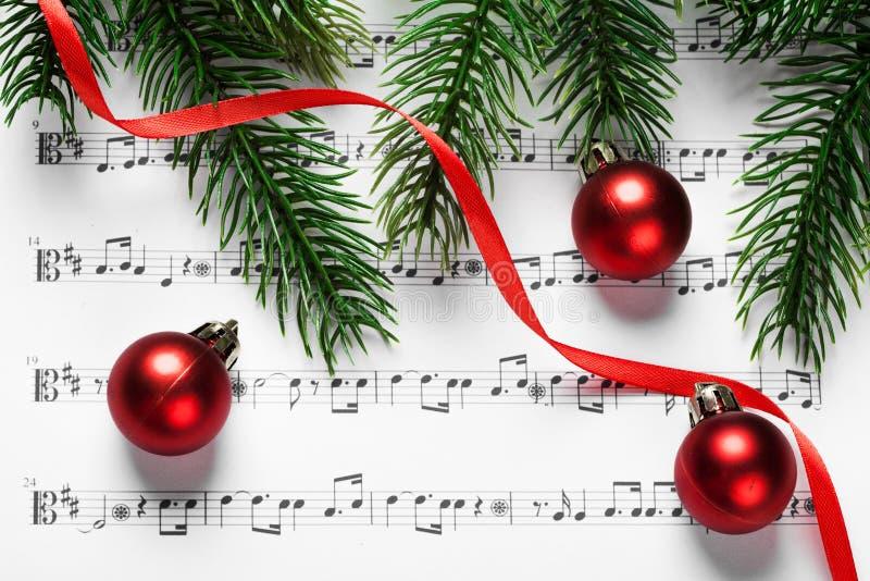 Bolas y árbol de la Navidad imagenes de archivo