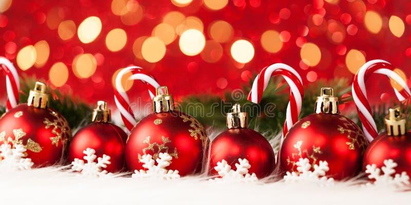 Bolas y caramelo de la Navidad imágenes de archivo libres de regalías