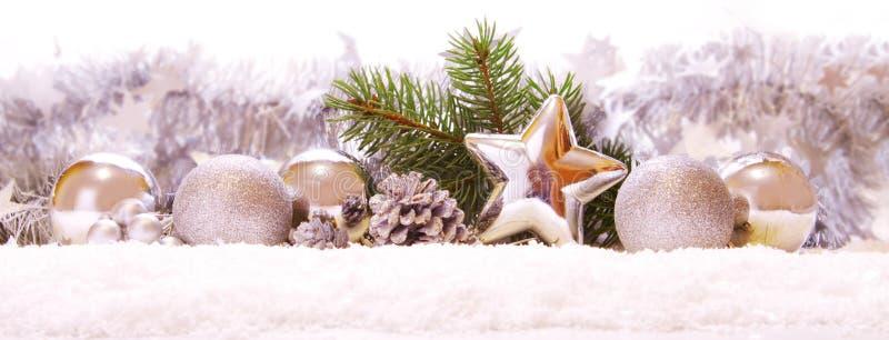 Bolas y decoración de plata de la Navidad en nieve imágenes de archivo libres de regalías