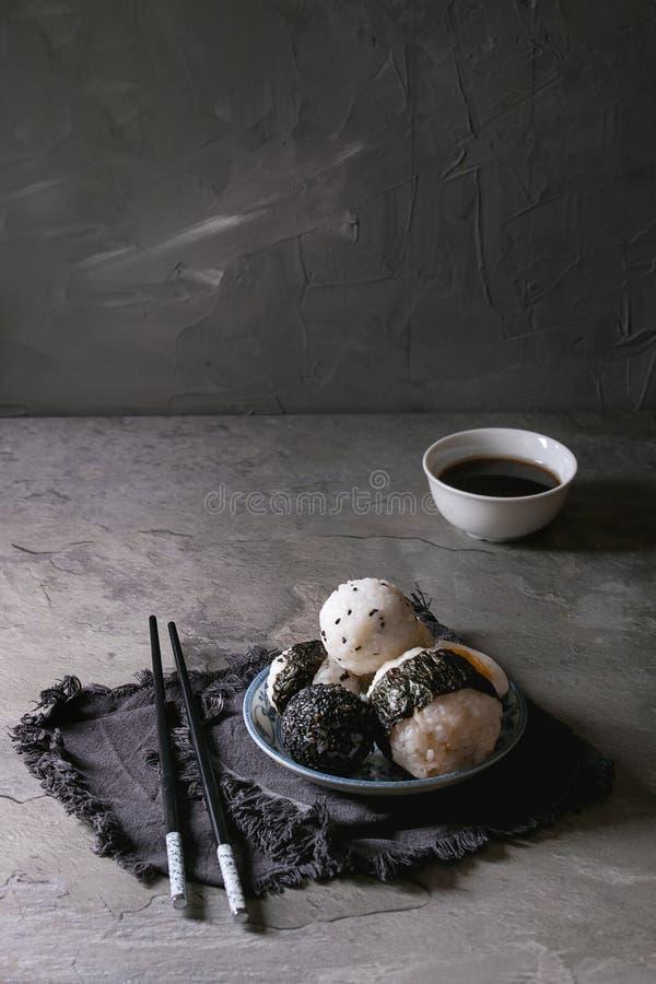 Bolas y huevos de arroz imagenes de archivo