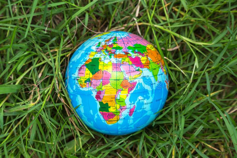 Bolbal op het gras, milieuconcept stock afbeelding
