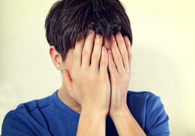 Boleściwy nastolatek ścianą obrazy stock