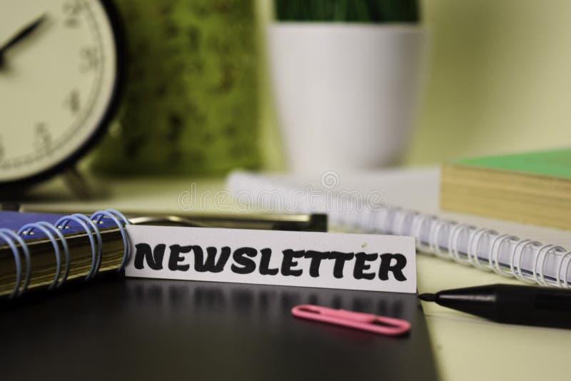 Boletim de notícias no papel isolado nele mesa Conceito do neg?cio e da inspira??o fotografia de stock